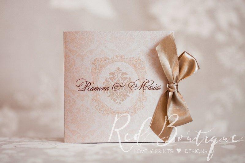 invitatie eleganta legata cu fundita de satin si scris deosebit