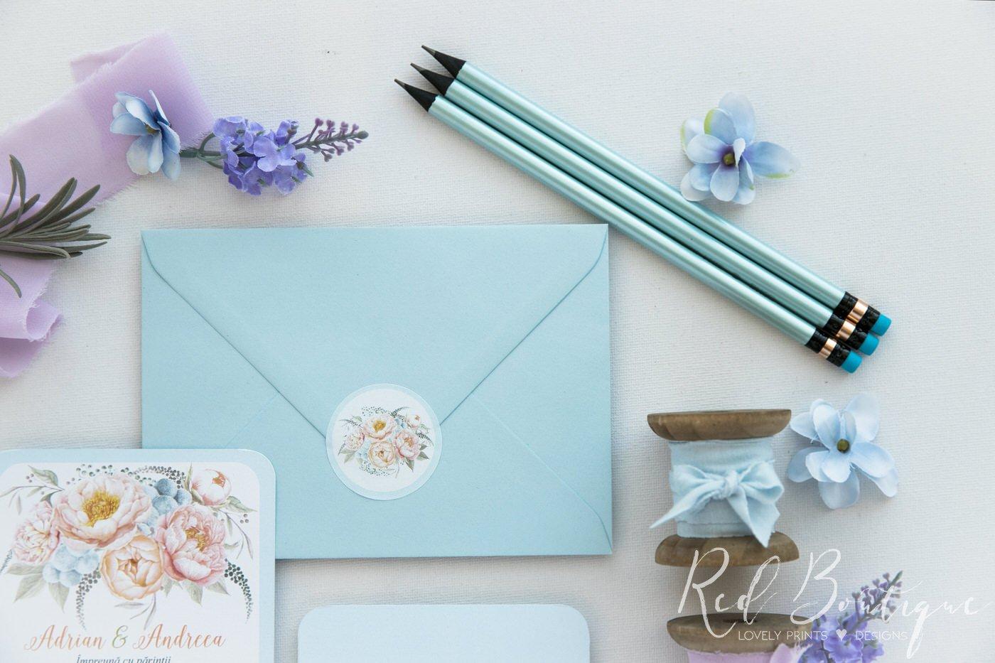invitatie de nunta postcard cu albastru deschis si aranjament floral