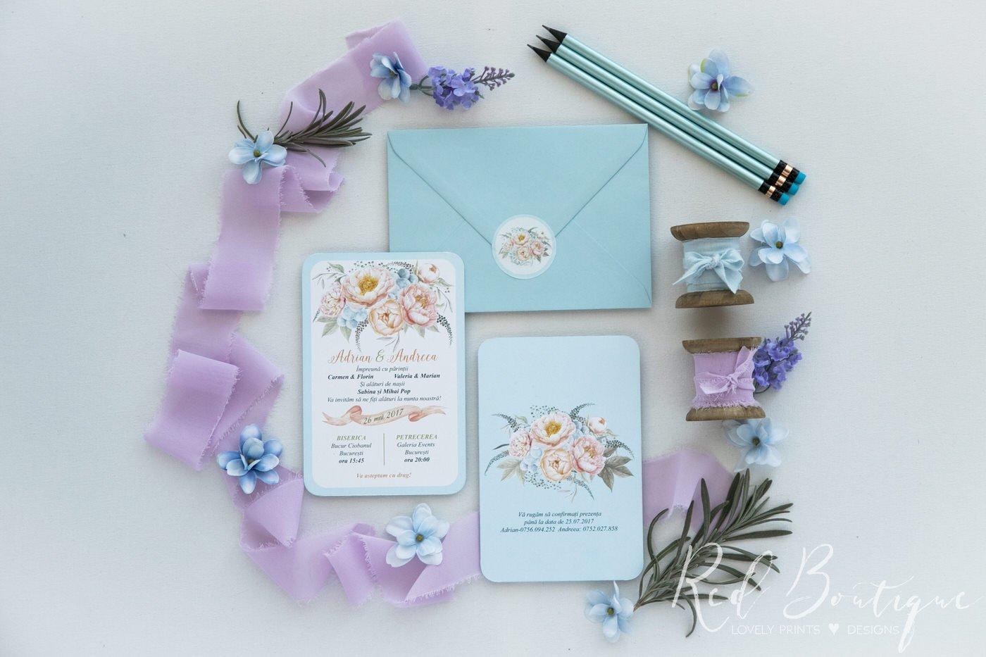 invitatie de nunta albastra cu bujori crem si plic bleu