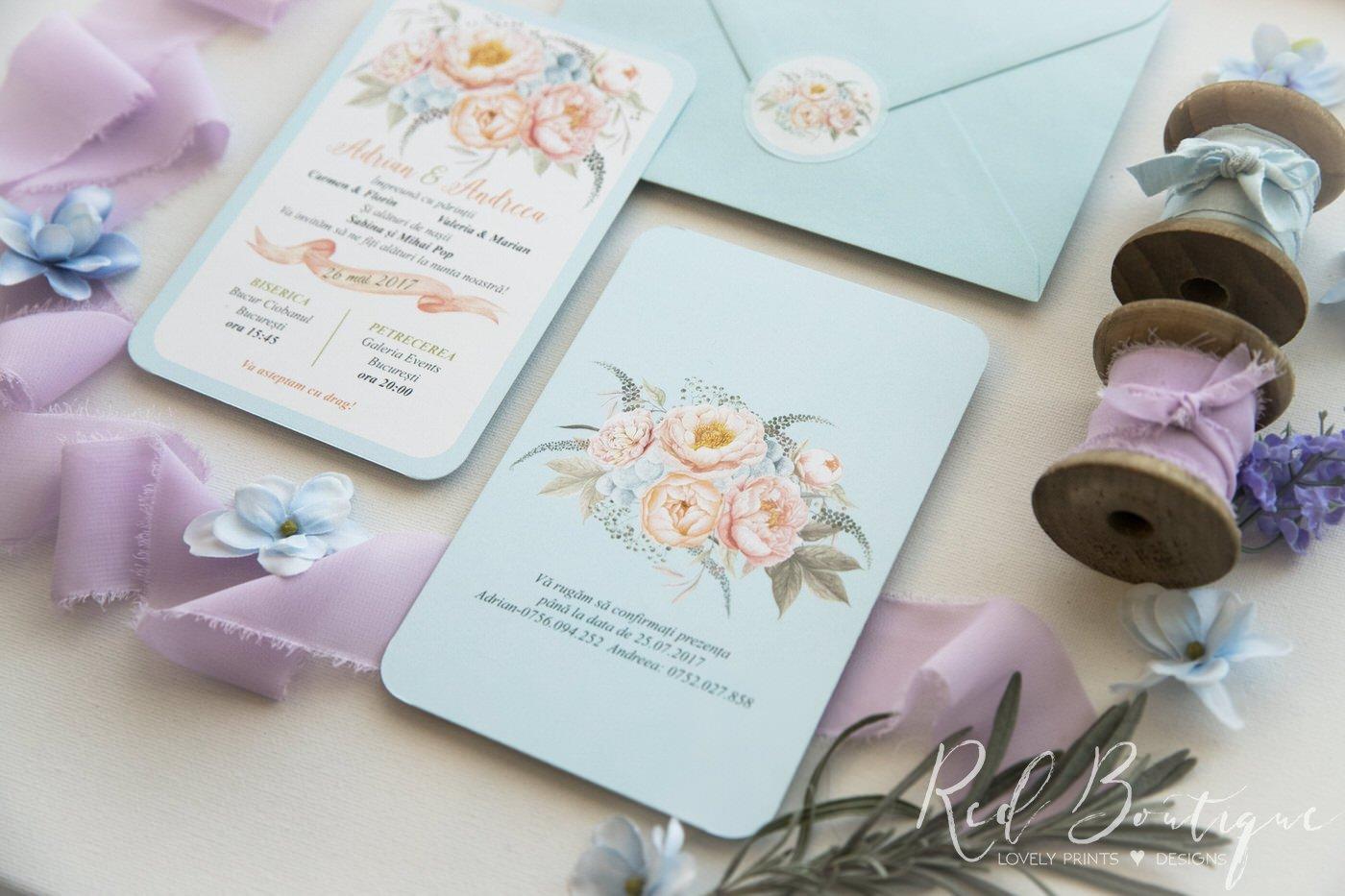 invitatie de nunta postcard cu albastru deschis si bujori crem