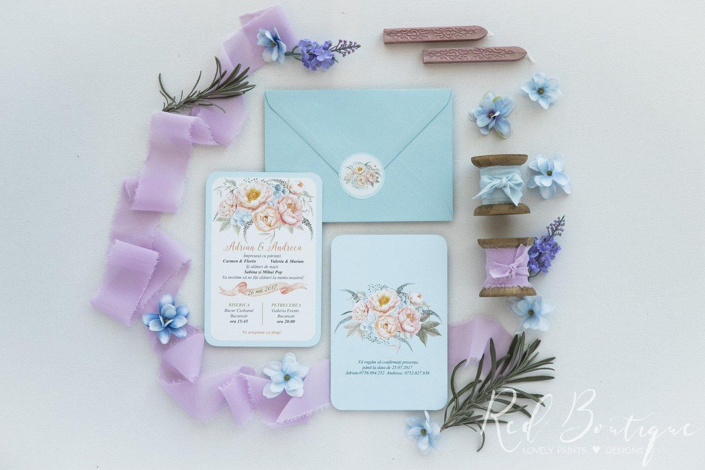 invitatie de nunta postcard cu albastru deschis si motive florale cu bujori