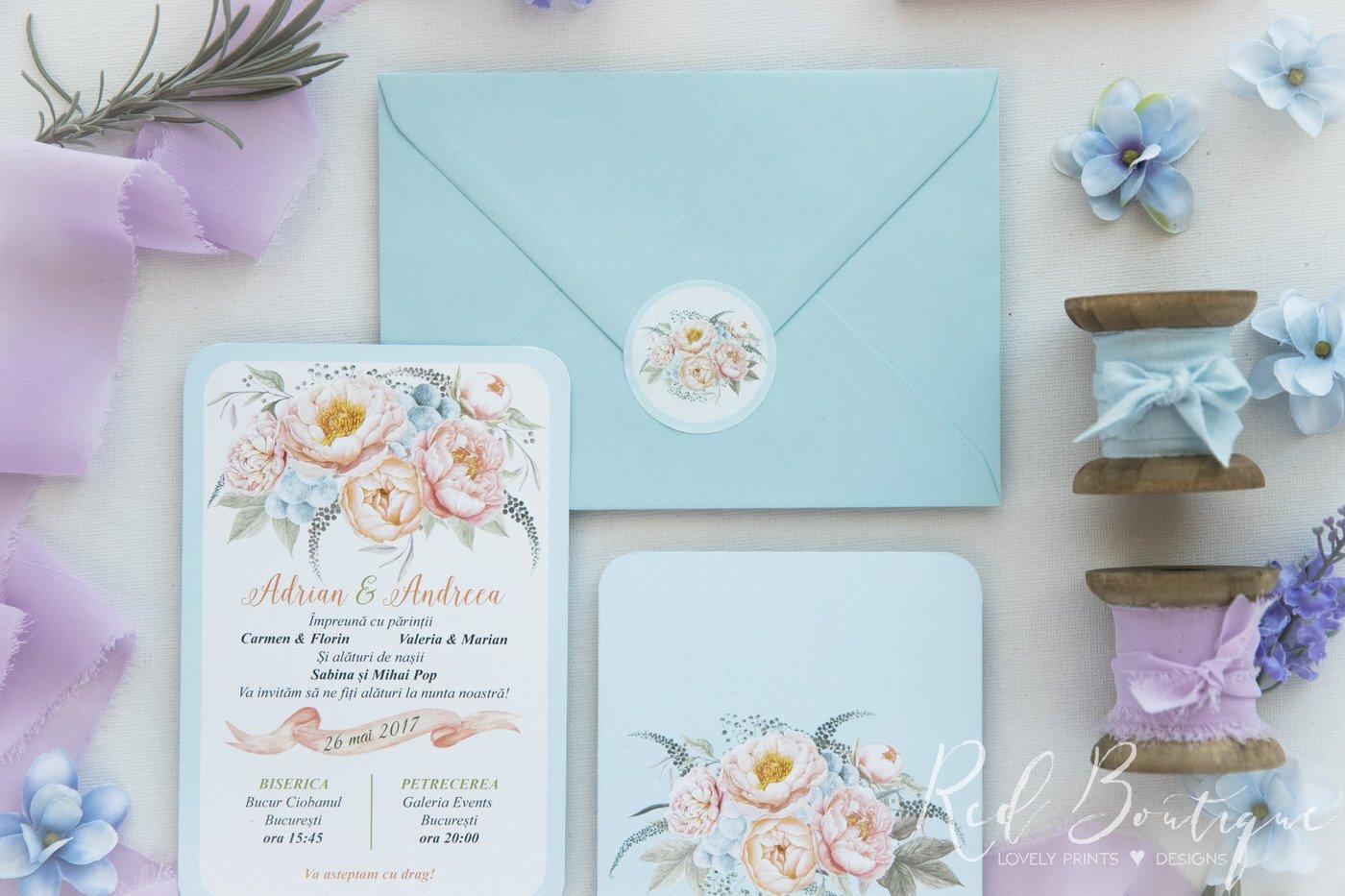 invitatie de nunta postcard cu albastru deschis si flori si plic bleu