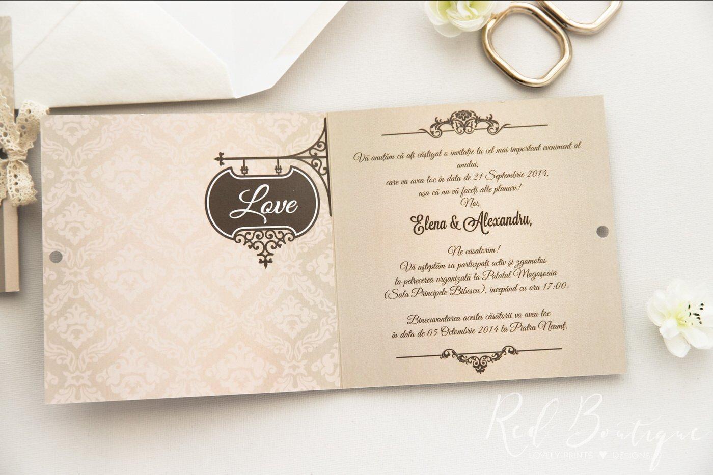 invitatie eleganta crem si bej cu dungi si scris elegant in rama