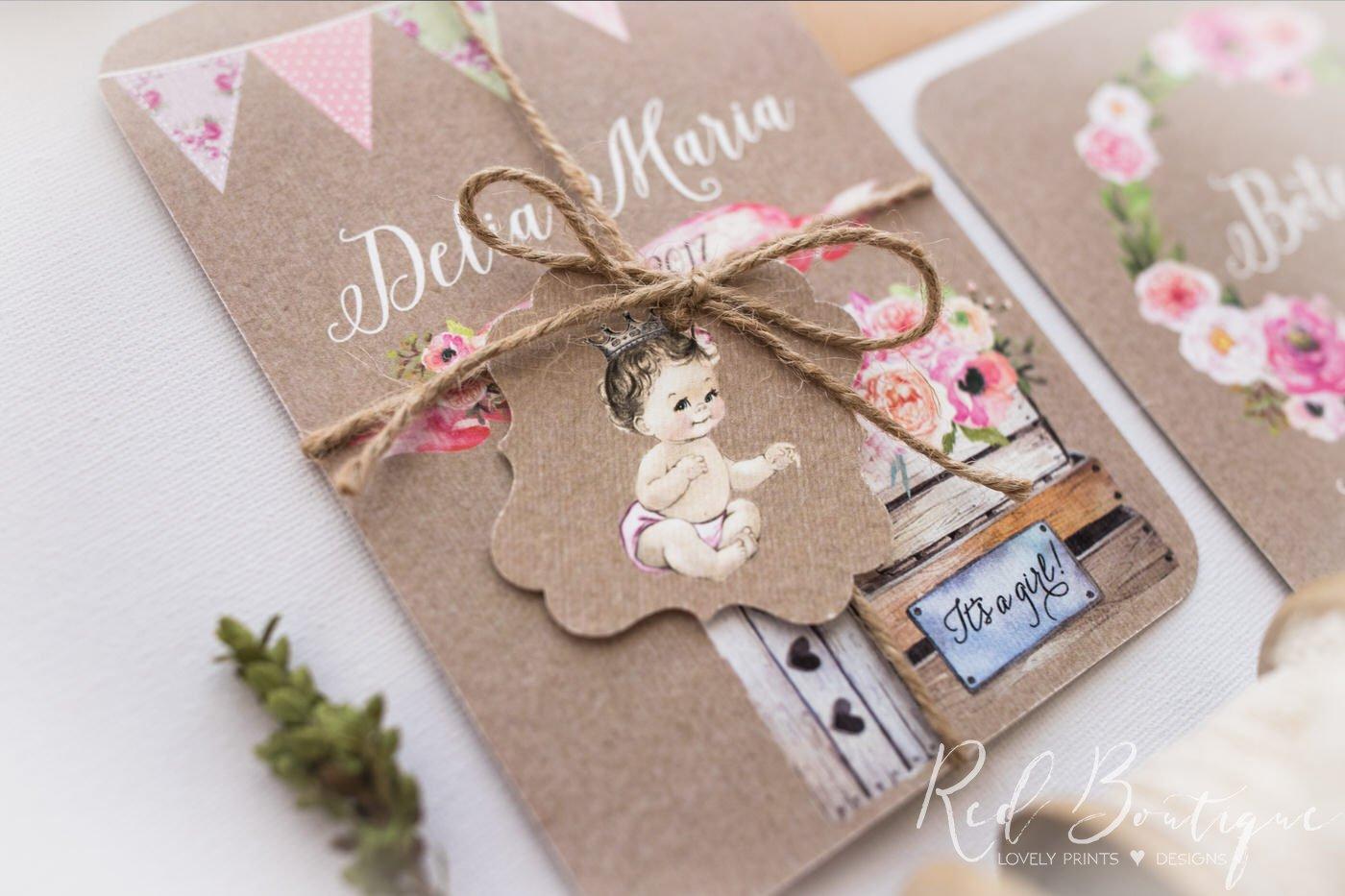 invitatie vintage cu carton texturat deosebit legata cu sfoara natur si biletel cu fetita