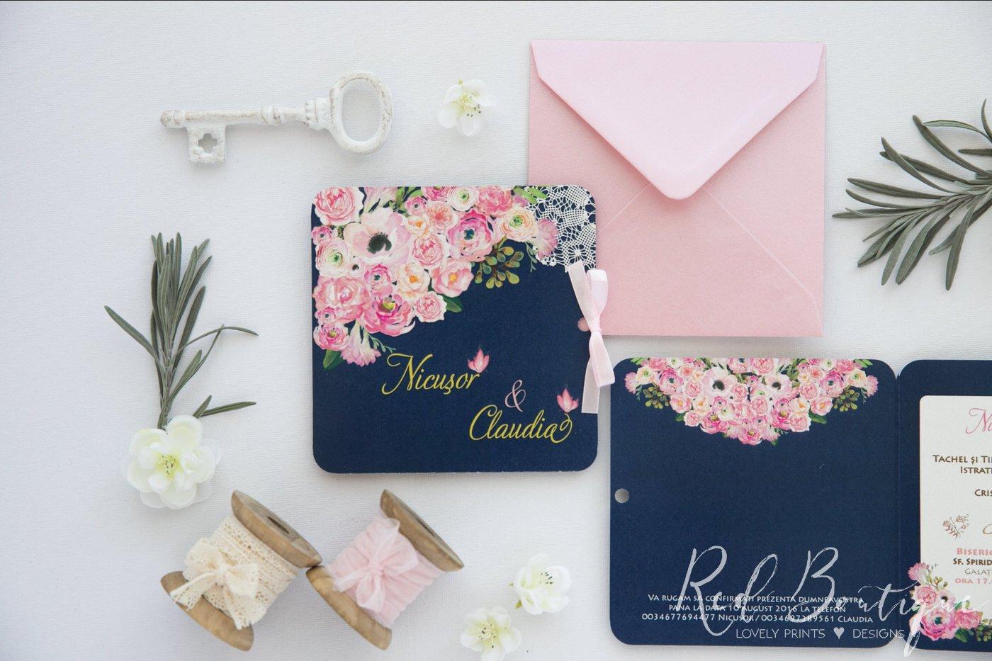invitatie cu bujori pictati roz si albastru inchis cu plic roz