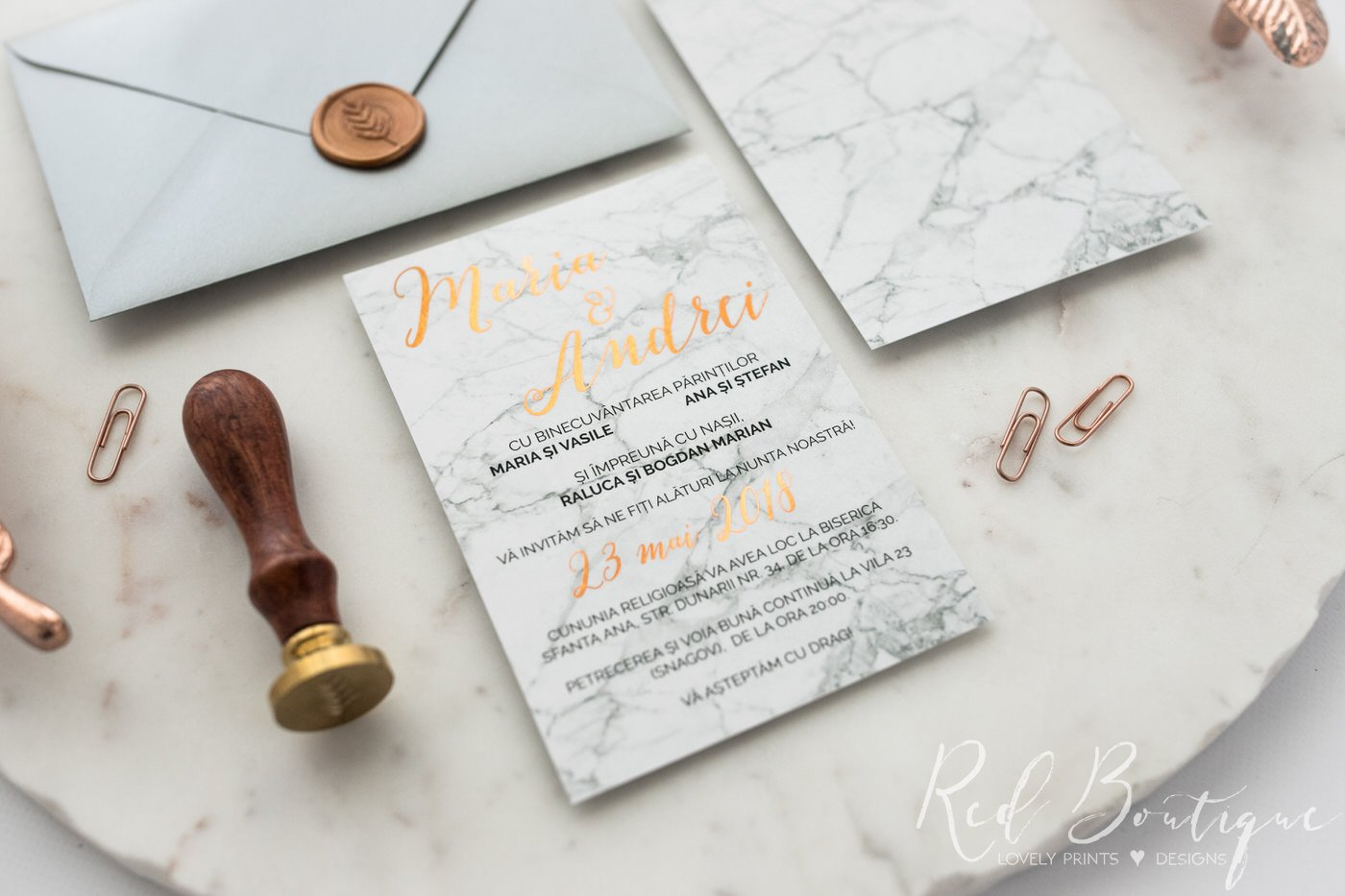 invitatie de nunta eleganta cu marmura alba pe hartie mata cu scris rose gold si sigiliu