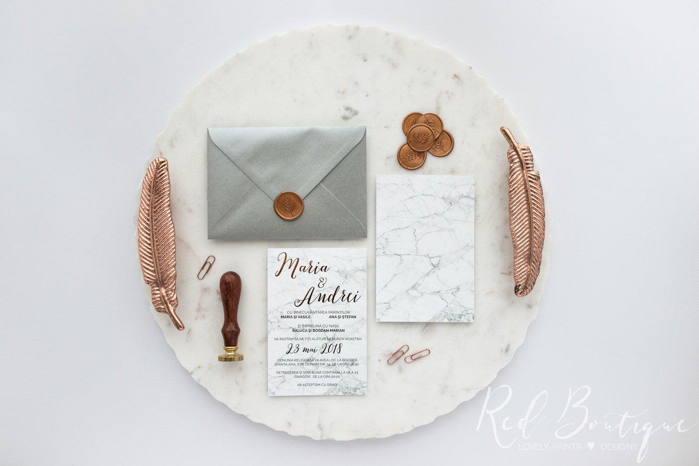 invitatie cu marmura si scris rose gold cu plic argintiu cu sigiliu de ceara