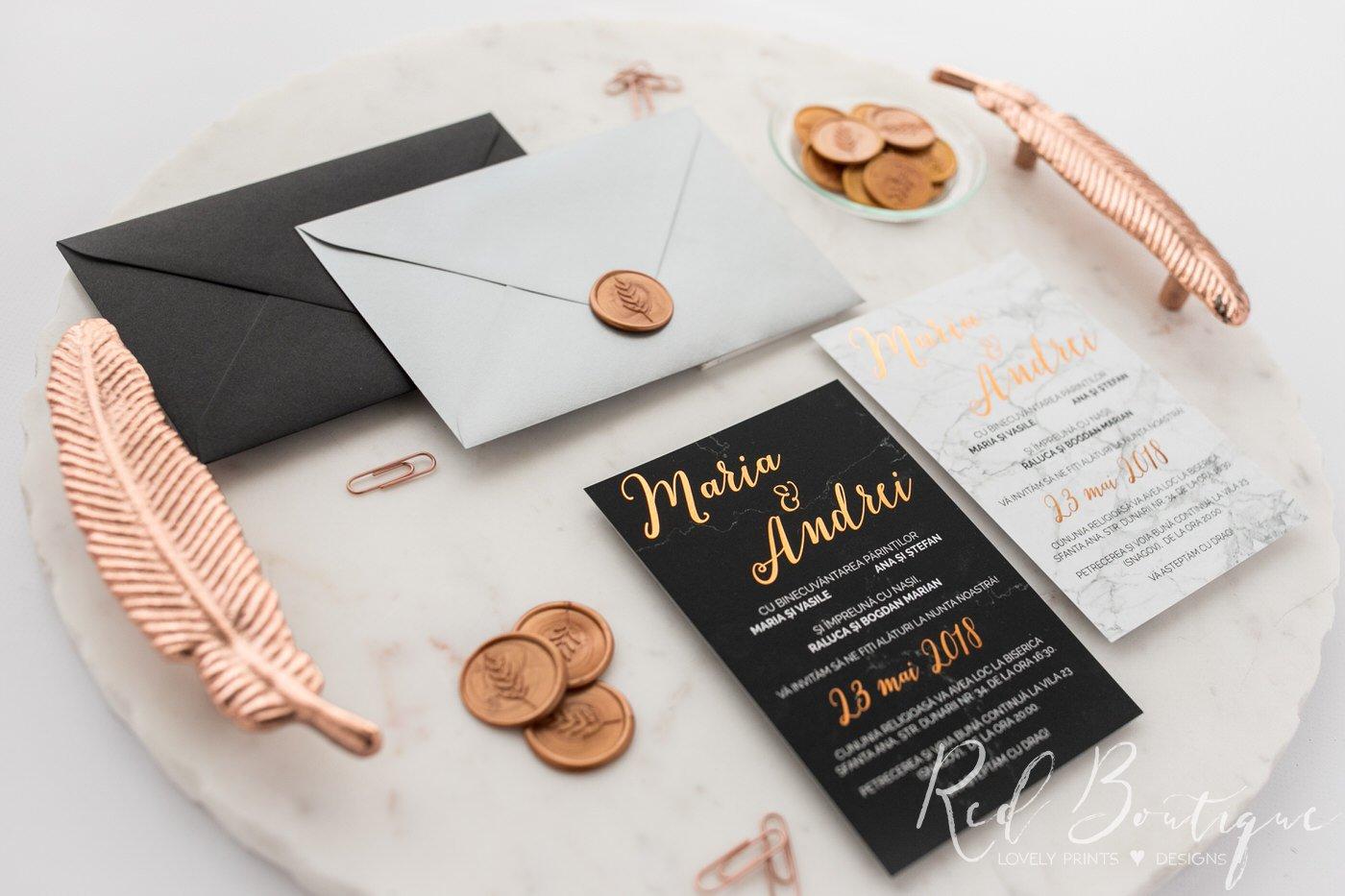invitatii cu marmura alba si neagra elegante cu scris auriu si textura fina