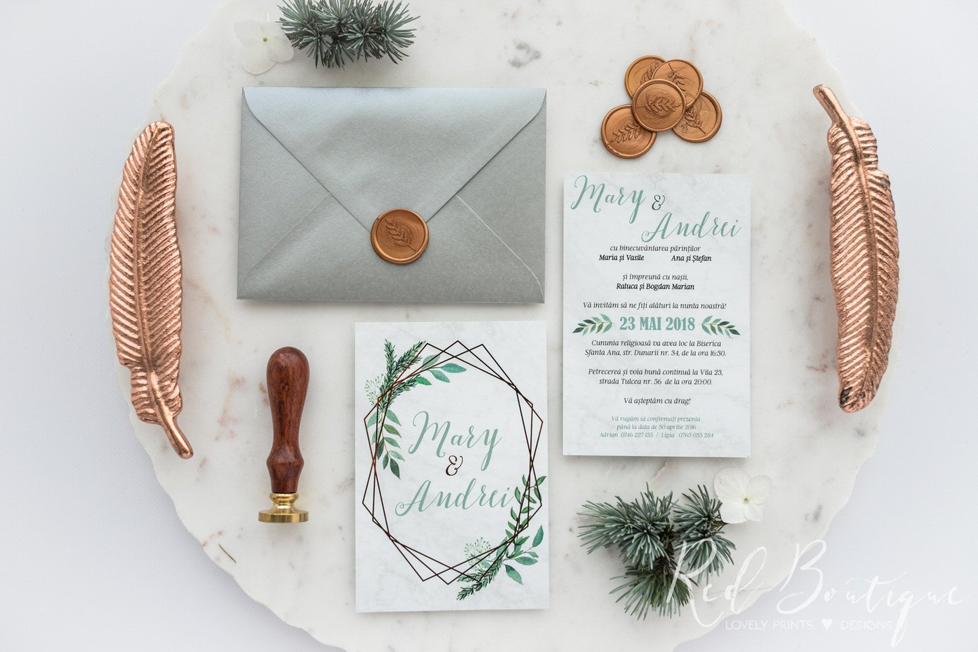 invitatie moderna cu verdeata si elemente geometrice cu print auriu si plic argintiu cu sigiliu auriu