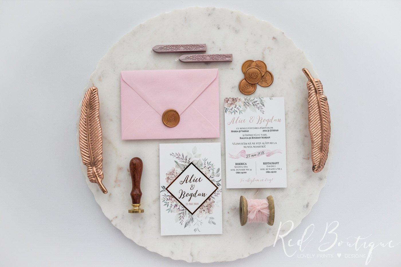 invitatie moderna cu scris auriu si plic roz cu sigiliu