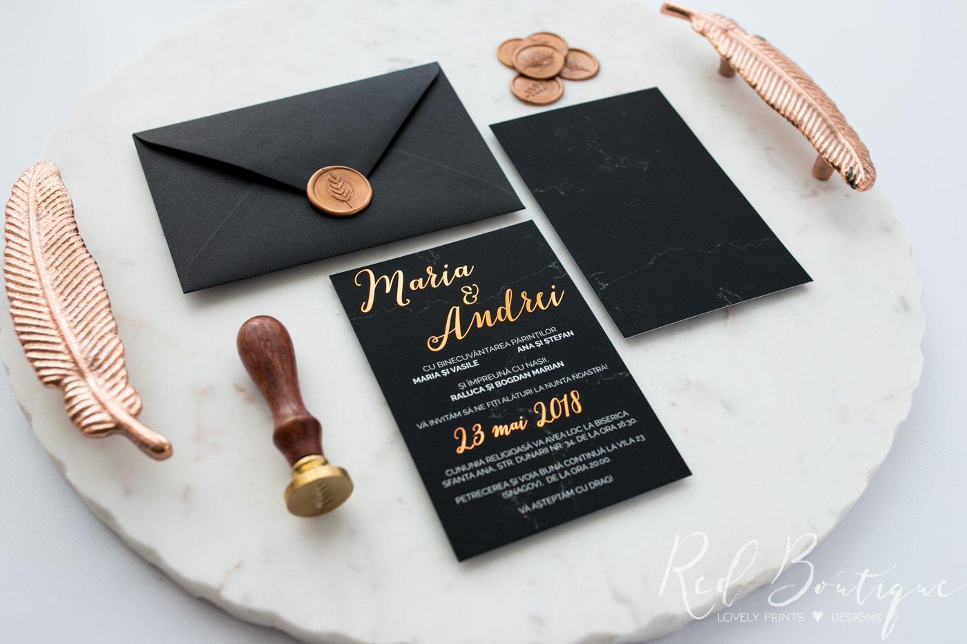 invitatie eleganta cu marmura neagra si scris auriu si sigiliu